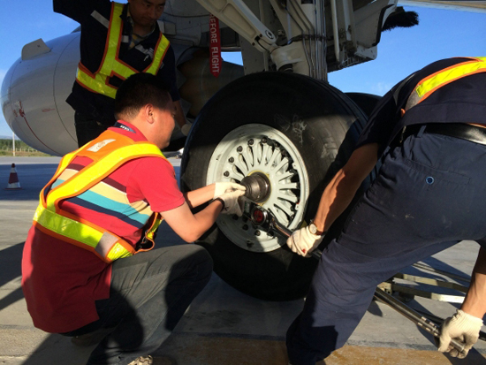 南航飞机轮胎扎伤维修