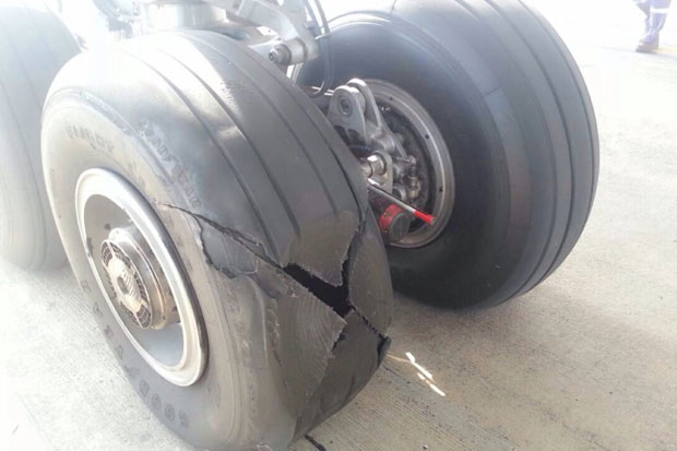 据美国媒体11月5日报道,泰国航空公司发表声明称,该公司一架空客A300-600客机当天由曼谷飞往北部的清莱,安全降落后,工作人员在对飞机进行检查时发现客机尾部一个轮胎爆胎。  从图片上看,坏掉的轮胎应该是来自固特异公司生产的轮胎   工作人员发现后随即对这只轮胎进行了更换,该航班当天在延迟55分钟后又返回了曼谷。这架航班当天从曼谷飞往清莱时载有197名乘客和10名机组人员,这些人没有受到爆胎事件的影响,全部安全无恙。   泰航称正对爆胎事件展开调查。