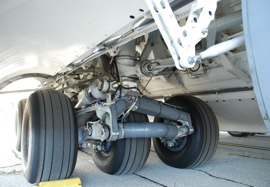 这么庞大的飞机仅靠几个轮子能承受的住吗?