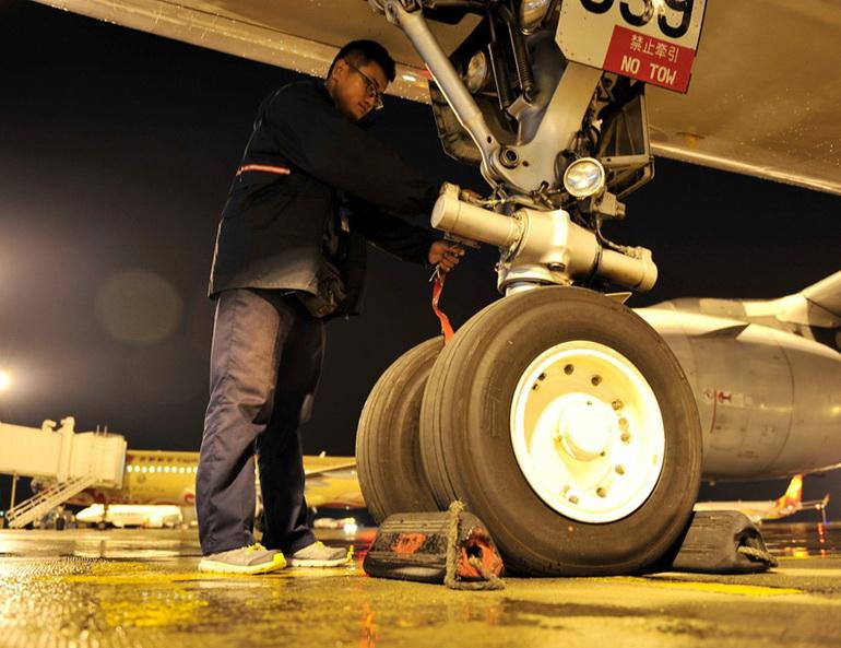 2015年8月20日晚,一架由成都飞往大连的航班经停西安咸阳国际机场,飞机在降落后滑行过程中前轮轮胎破裂,偏出滑行道,旅客在飞机上停留近2个小时。原本计划于当日21时30分飞往大连的航班也被推迟至次日凌晨4时起飞。据了解,这架飞机上共有乘客161人,飞机轮胎破裂的原因还在调查中。  配图 现场目击 20日21时许,在西安咸阳国际机场工作的胡先生看到数十辆警车和消防车辆赶往机场滑行道方向,而距离机场航站楼走廊不到1公里的位置,停着一架飞机。感觉挺奇怪的,因为这架飞机停的距离非常远。胡先生说,按照规定,飞