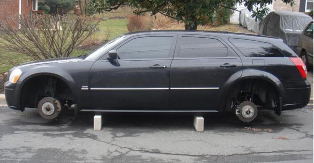 车轮胎被盗_他的黑色桑塔纳志俊轿车两个后轮胎被盗.