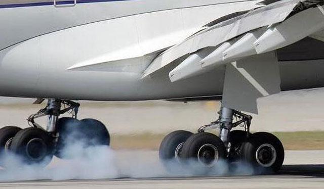 意大利当地时间12月17日上午9:03,意大利子午线航空一架波音737-300客机(航班号IG-220、注册号EI-IGS)在西西里岛卡塔尼亚机场起飞爬升给过程中,主起落架外侧一只轮胎脱落后掉落在距离跑道不远的Plaia沙滩上。机组人员决定停止爬升,在起飞后50分钟安全返回卡塔尼亚机场。  幸运的是,当时处在旅游淡季,沙滩空无一人,所以没有造成人员伤亡。如果事故发生在夏季,结果将不堪设想,因为这座沙滩夏季挤满了度假的游客。 飞机当时载有90名乘客。该航班被取消,乘客将搭乘其他航班飞往目的地米兰。事故发生后