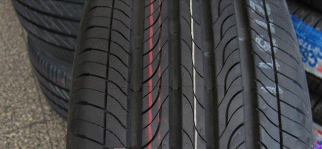 说到汽车轮胎,车友们是不是想说汽车大师又准备说什么爆胎、轮胎检测、轮胎保养什么的了。NO!今天说一些比较新鲜的。汽车轮胎除了生产日期、轮胎参数还有保质期什么的。其实还有一个非常关键的信息,就是轮胎花纹。你也许没注意到汽车轮胎的花纹可多了去了,不同的轮胎花纹的性能可是不一样的。在此,中国轮胎商业网为大家讲解一下,汽车花纹的那些事情。 其实,轮胎的花纹不仅仅是为了装逼好看用的,轮胎的花纹还关系到能否完全地发挥轮胎的性能,如:牵引、制动、转弯、排水、静音等等性能。简单来说,胎面花纹最重要的三大作用是:1、提升抓