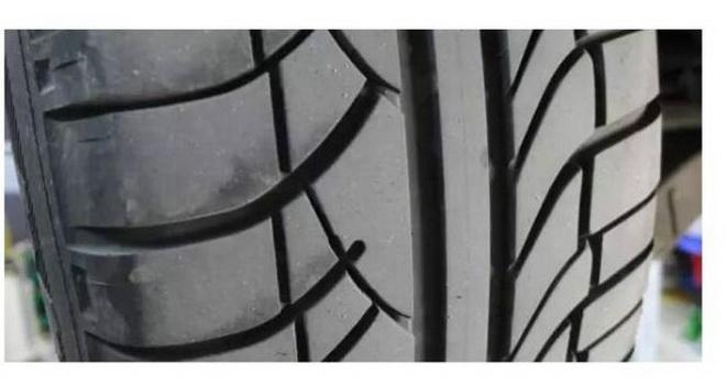 6,羊角花纹:花纹沟方向与圆周方向垂直优点:良好的制动及操纵性能